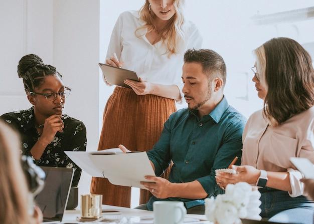 Hommes d'affaires lors d'une réunion à l'aide d'une tablette numérique