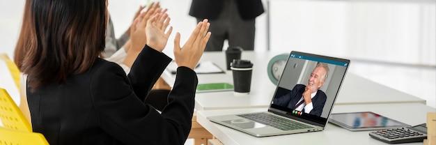 Les hommes d'affaires lors d'une réunion par appel vidéo discutent avec compétence du plan d'affaires