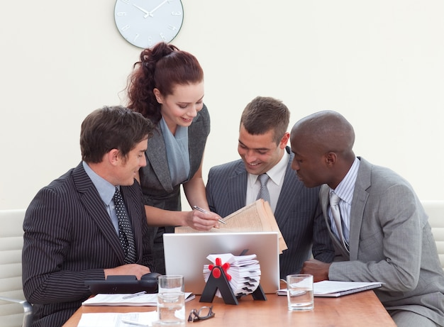 Hommes d'affaires lors d'une réunion en parlant à une secrétaire