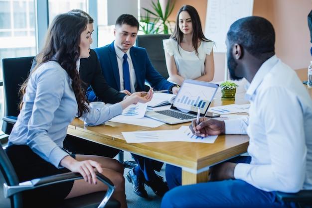 Les hommes d'affaires lors d'une réunion