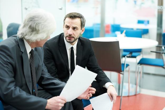 Hommes d'affaires matures au travail
