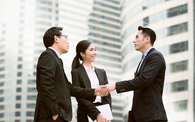 Hommes d'affaires en négociation