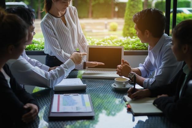 Les hommes d'affaires négocient les termes et conditions avant de signer un accord de coopération commerciale