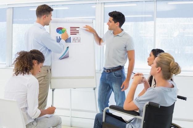 Hommes d'affaires occasionnels donnant une présentation à des collègues