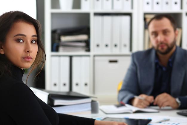 Les hommes d'affaires ont une femme de discussion donner une entrevue au gestionnaire aimerait obtenir un nouvel emploi