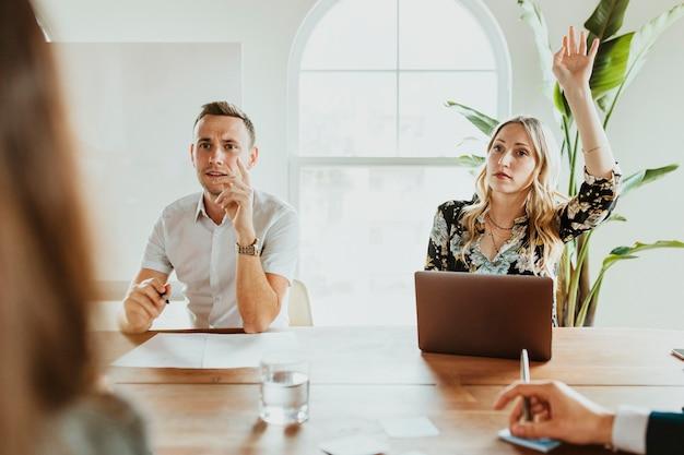 Hommes d'affaires avec ordinateur portable lors d'une réunion