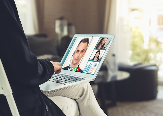 Des hommes d'affaires par appel vidéo se réunissent sur un lieu de travail virtuel ou un bureau distant