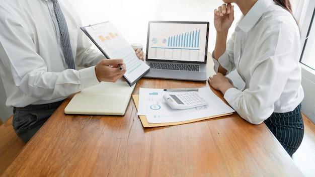 Hommes d'affaires parler discuter avec un collègue de planification analyse des graphiques de données de documents financiers