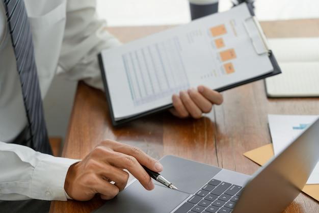 Hommes d'affaires parler discuter avec un collègue de planification analyser les tableaux et graphiques de données des documents financiers