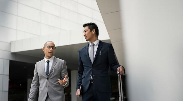Hommes d'affaires, parler ensemble