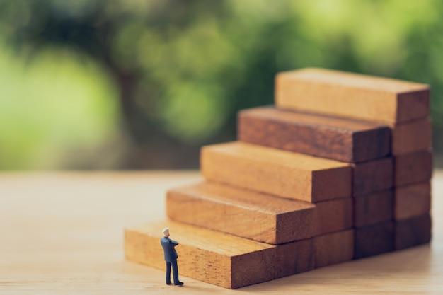 Hommes d'affaires de personnes miniatures permanent analyse d'investissement ou d'investissement.