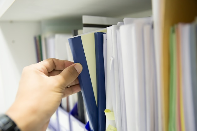 Hommes d'affaires, personnes à la recherche de documents.