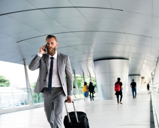 Hommes d'affaires à pied, appels téléphoniques, bagages, voyage d'affaires