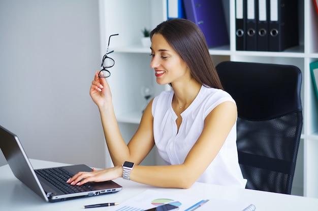 Hommes d'affaires. portrait de femme au bureau