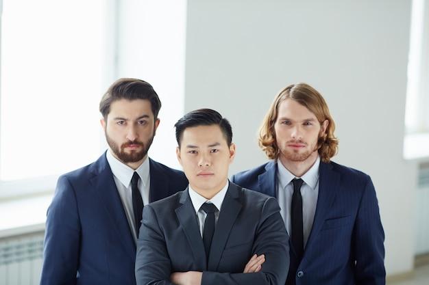 Hommes d'affaires prospères avec des liens