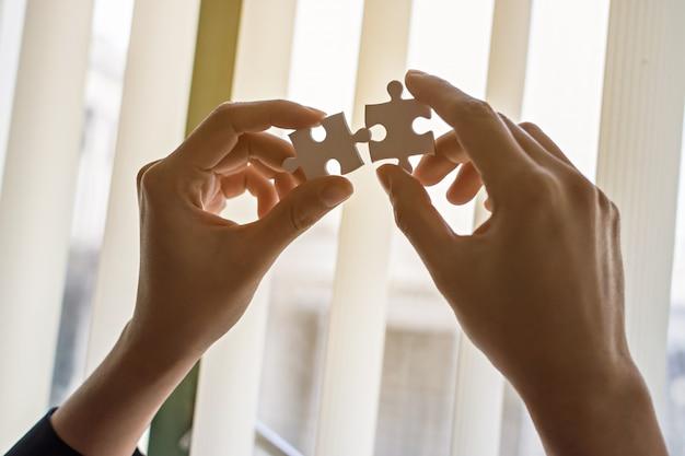 Hommes d'affaires et puzzle