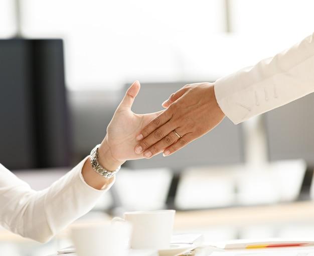 Les hommes d'affaires qui se rendaient au bureau passaient devant une rangée de femmes d'affaires assises frappant des mains et faisant cinq mains tactiles avec tout le monde. idée d'émotion heureuse avec succès et travail d'équipe bien-aimé.