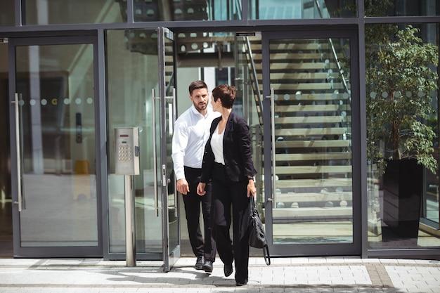 Hommes d'affaires quittant leurs fonctions