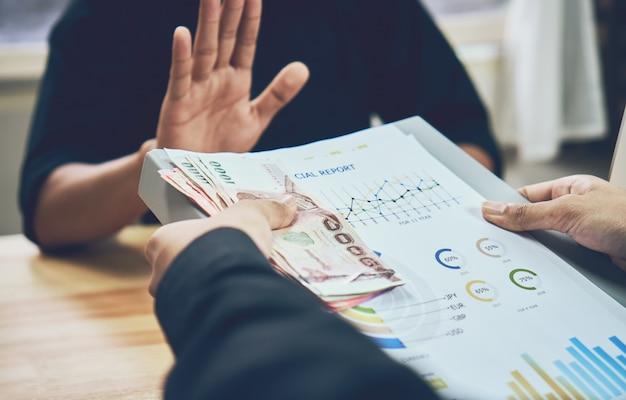 Les hommes d'affaires refusent d'être payés