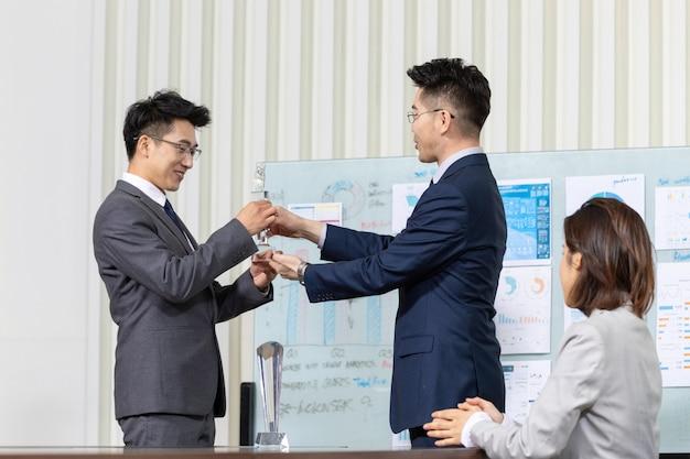 Hommes affaires, réunion, salle, donner, tropy