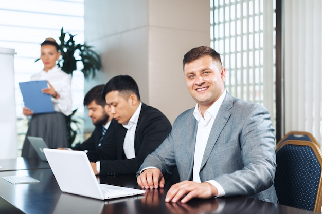 Hommes d'affaires réunis autour d'une table de réunion pour discuter de stratégie