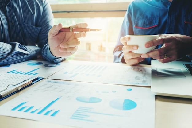 Hommes d'affaires réunis budget de planification et coût stratégie d'analyse