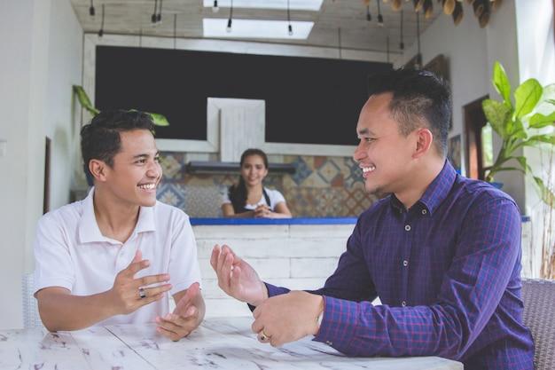 Hommes d'affaires réunis dans une boutique de café