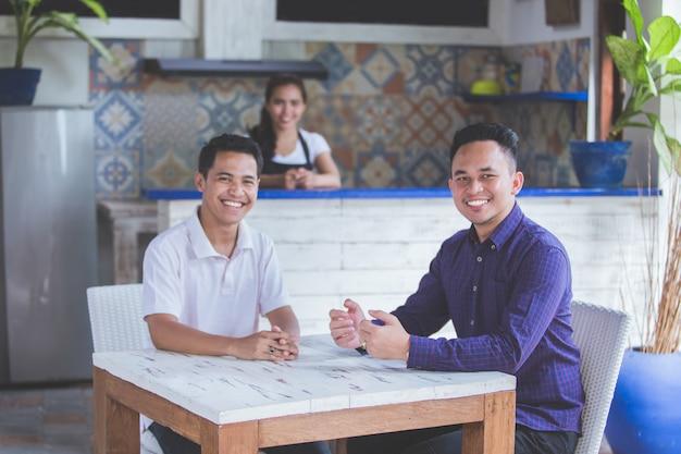Hommes d'affaires réunis dans un café