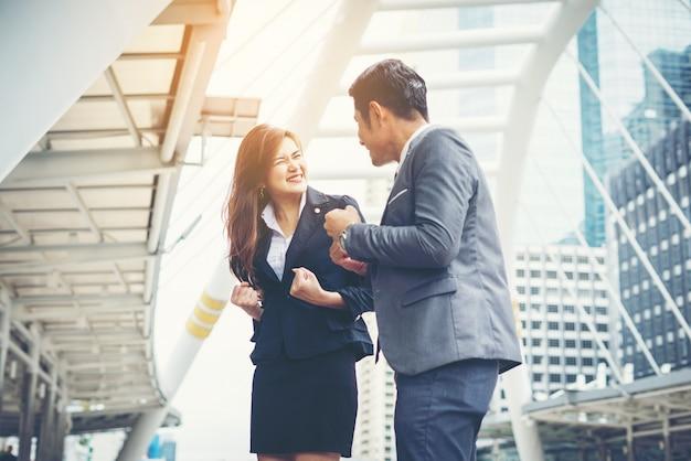 Les hommes d'affaires se chargent de faire oui en plein air. concept de travail d'équipe