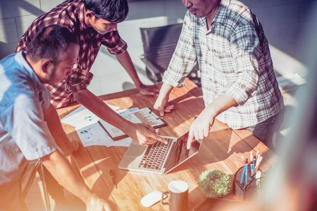 Des hommes d'affaires se rencontrent et planifient au bureau - image