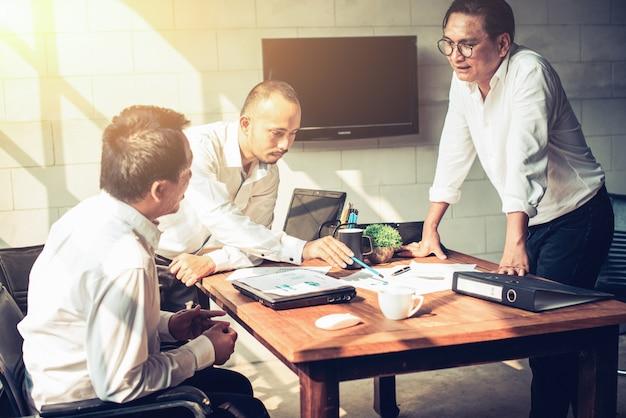 Les hommes d'affaires se réunissent dans le bureau.