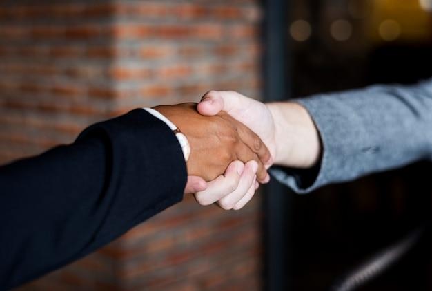 Hommes d'affaires se serrant la main dans un accord