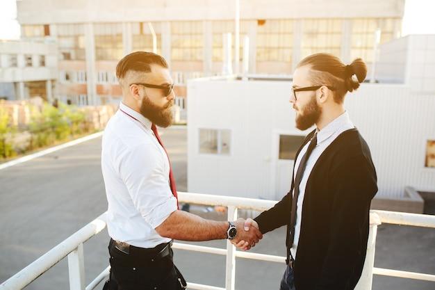 Les hommes d'affaires se serrant la main dans les escaliers