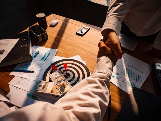 Hommes d'affaires se serrant la main, négociations commerciales, concepts de connexion, accords