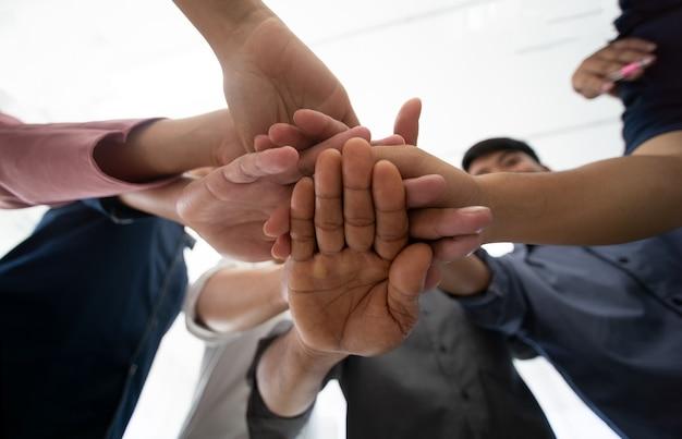 Les hommes d'affaires se serrant la main en tant qu'équipe d'unité