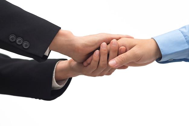 Hommes d'affaires se serrent la main au bureau