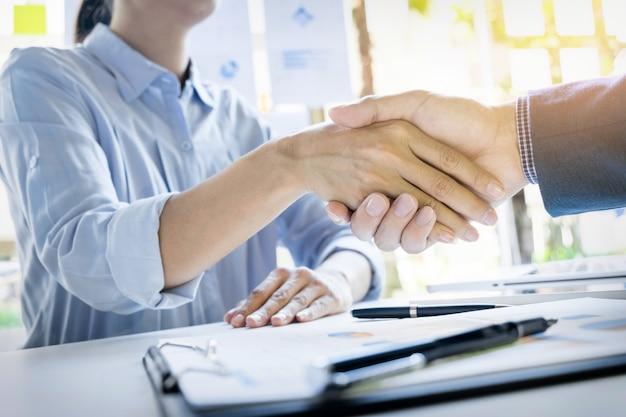 Les hommes d'affaires se serrent la main lors d'une réunion