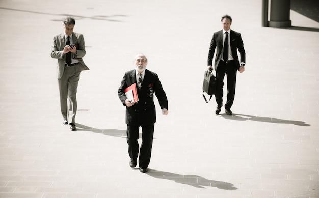 Hommes d'affaires seniors dans la rue