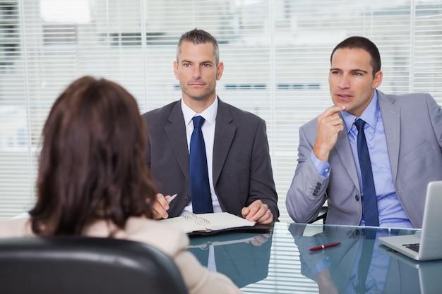 Hommes d'affaires sérieux ayant une interview