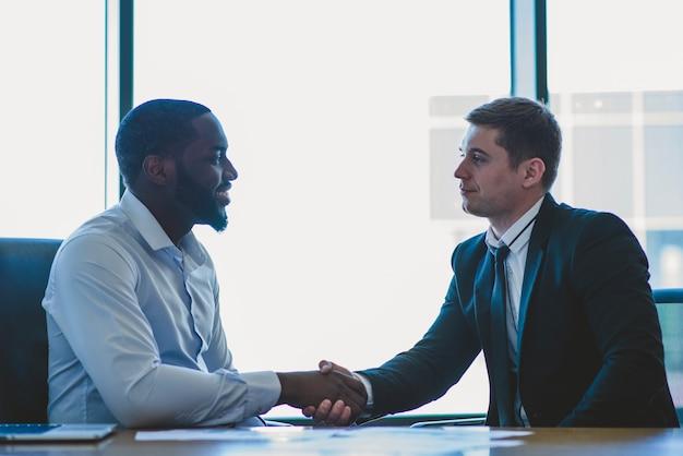 Hommes d'affaires serrant la main