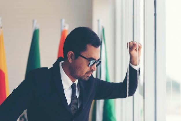 Les hommes d'affaires sont frustrés et stressés à propos de l'échec.