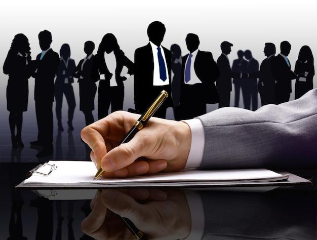 Hommes d'affaires avec un stylo