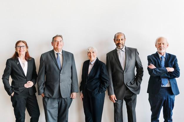 Hommes d'affaires supérieurs se tenant comme une équipe parfaite