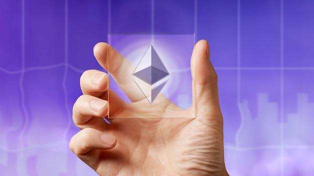 Hommes d'affaires tenant un écran transparent avec une icône d'ethereum sur le fond ultraviolet de la ville. entreprise, technologie blockchain.