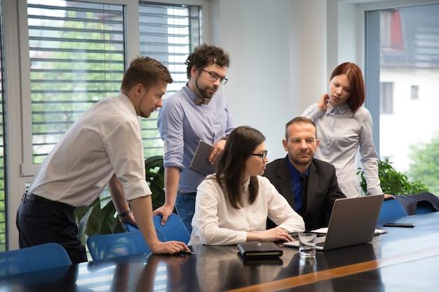 Les hommes d'affaires travaillant dans le bureau