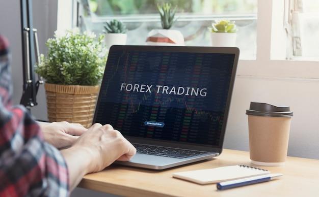 Les hommes d'affaires travaillant dans le financement et la comptabilité des actions de trading forex analysent le budget du graphique financier et la planification de l'avenir dans la salle de bureau.
