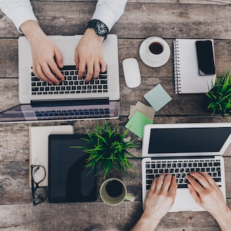 Les hommes d'affaires travaillant sur leurs ordinateurs. la vue d'en haut