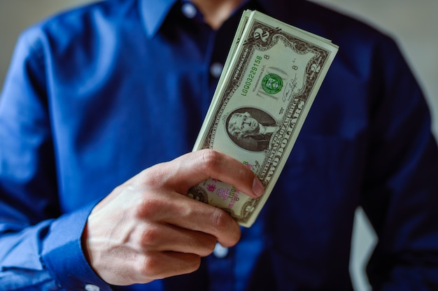 Les hommes d'affaires utilisent de l'argent pour faire leurs achats et faire des affaires
