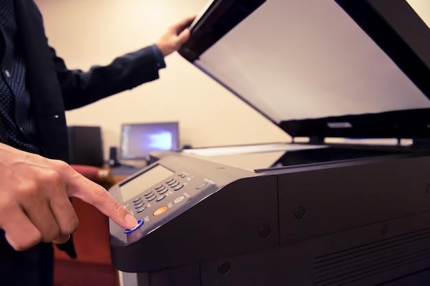 Les hommes d'affaires utilisent un photocopieur.