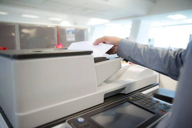 Les hommes d'affaires utilisent des photocopieurs, scanner.